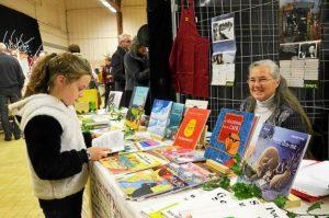 1-au-stand-des-livres-en-breton-de-diwan-euriell-10-ans_3190511_655x434p